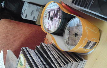 日本人だと捨ててしまうであろうお菓子の箱。CDにぴったりサイズでした。