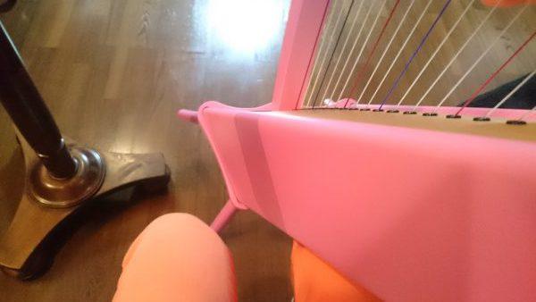 足付きのハープを構える時の自分の足の位置