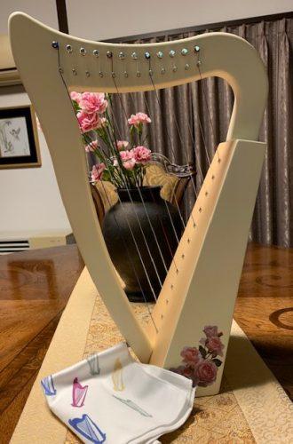 12弦のベイビーハープとハープクロス