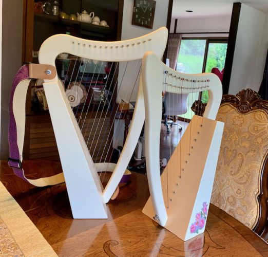 12弦のベイビーハープとパステルハープ 親子の大きさ比較